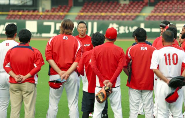 練習中に選手や関係者に辞意を伝える黒田