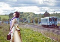 駅にいる女性