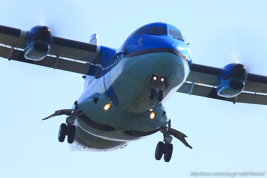 AMX ATR42-600 / JA01AM@RWY32Rエンド・東水門付近