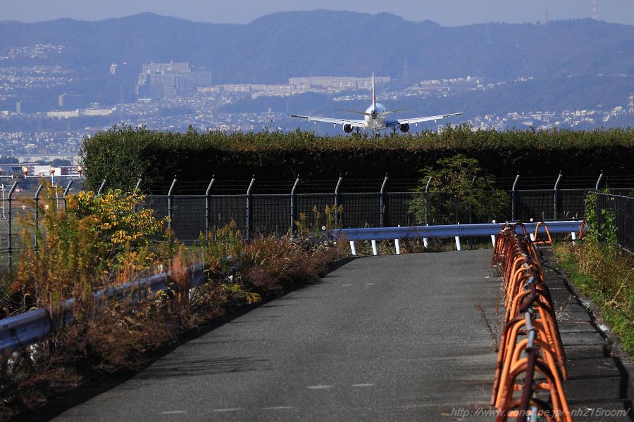 J-AIR ERJ-170STD / JA???J@RWY32Rエンド・東水門付近