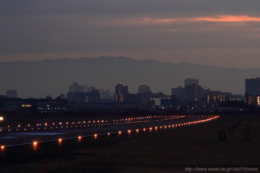 夜明け前のITM RWY32L/14R@猪名川土手