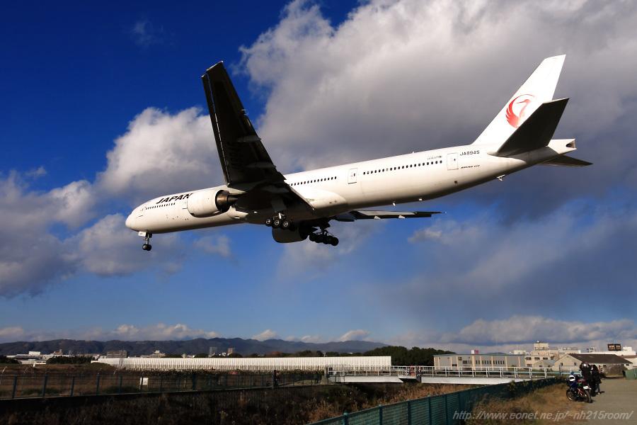 JAL B777-346 / JA8945@千里川土手