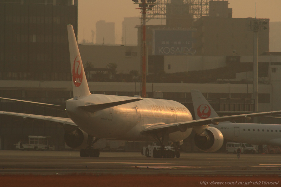 JAL B777-289 / JA8978@RWY14Rエンド・猪名川土手
