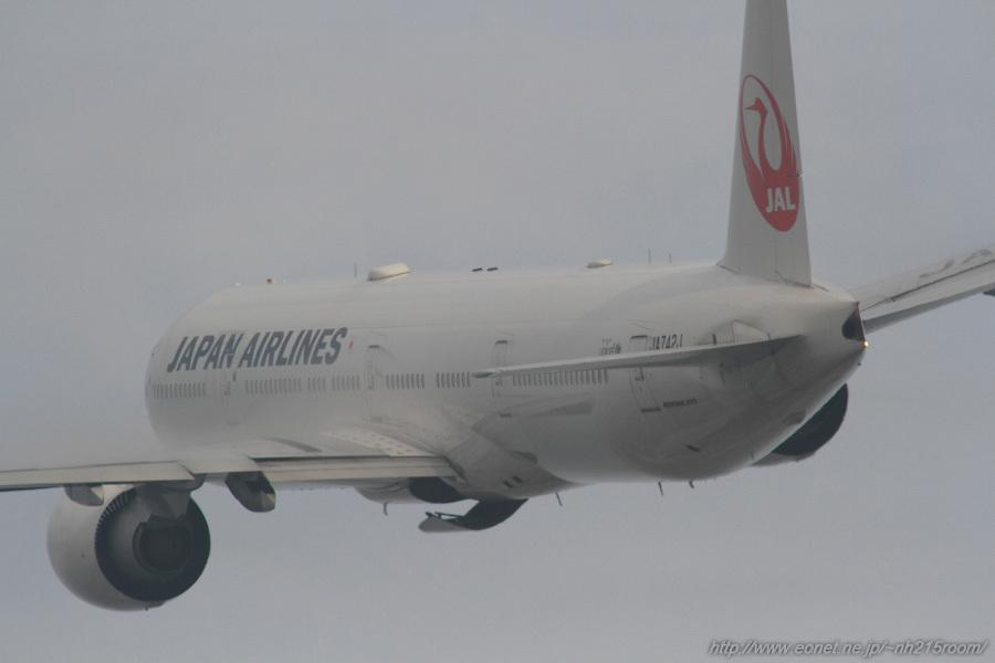 JAL B777-346ER / JA742J@RWY14Rエンド・猪名川土手