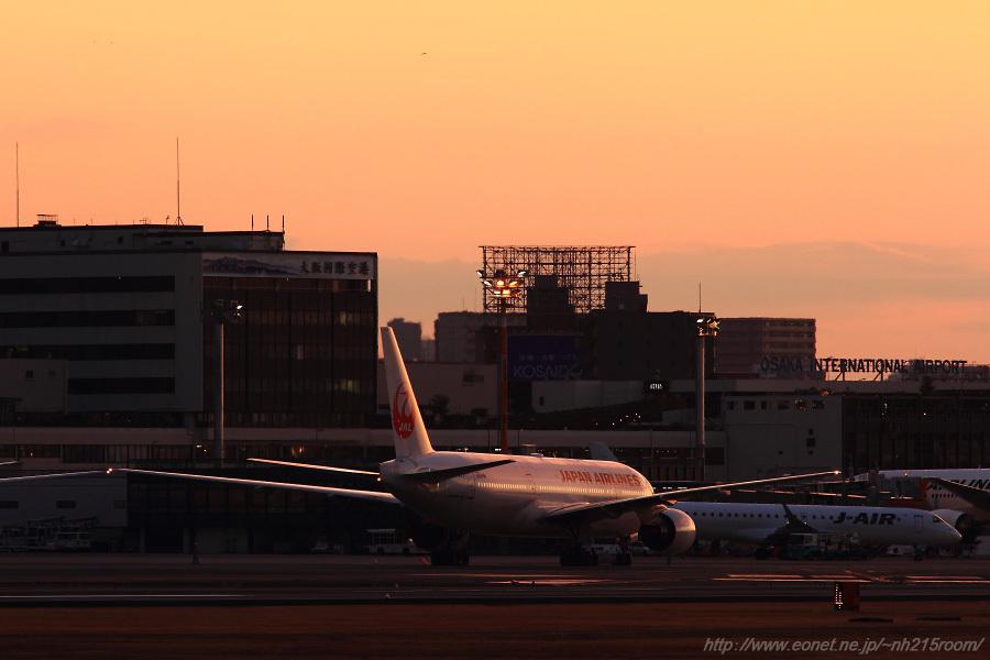 JAL B777-289 / JA8977@猪名川土手