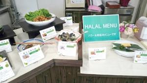 日乃本食堂ハラール食品工場視察_和食を中心とした試食用 ハラールメニューが並ぶ