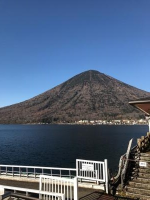 中禅寺湖より男体山を望む