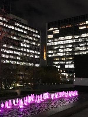 虎ノ門 霞が関ビルディング前の広場から東京タワーを望む