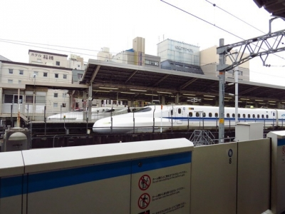 ホームから望む東海道新幹線