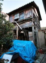 角田美代子被告が幼少期に出入りしていたとされる家。すでに朽ち果てた姿に=兵庫県尼崎市(門井聡撮影)