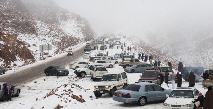 【異常気象】サウジアラビアで「雪」が降る…砂漠の広範囲に降り積もる