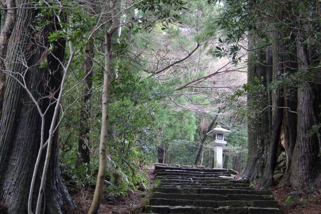 【不吉】三重県・熊野古道にある鉄砲傷の伝説で知られる「地蔵」の首が落ちる…19日に発生した和歌山県南部震源の地震の影響