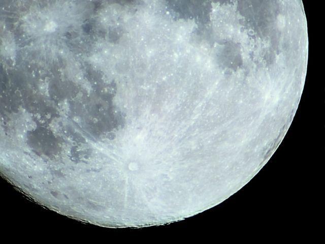 月の地下には「大量の水」が存在する…研究者「将来、飲水になるかもしれない」