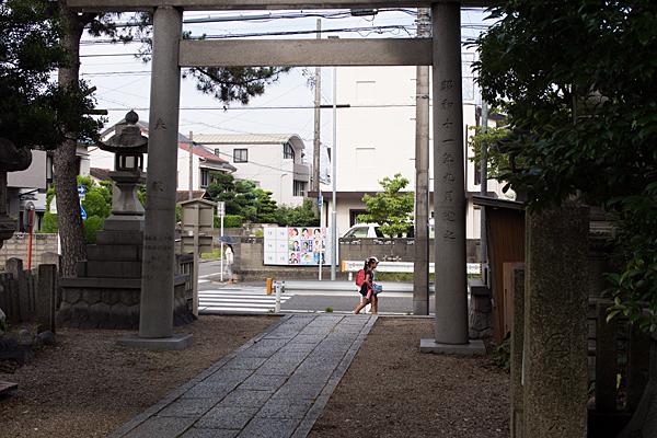 神明社鳥居の外