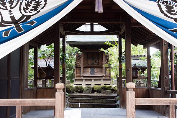 深島神社拝殿から見た本殿