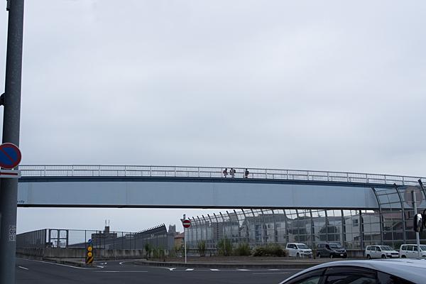 高針の歩道橋と小学生