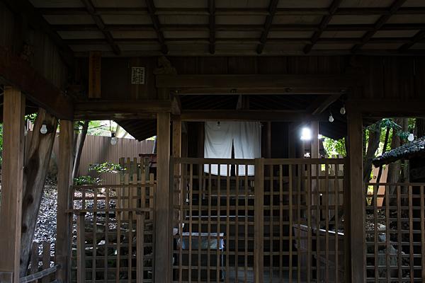 須佐之男神社拝殿から本殿を見る