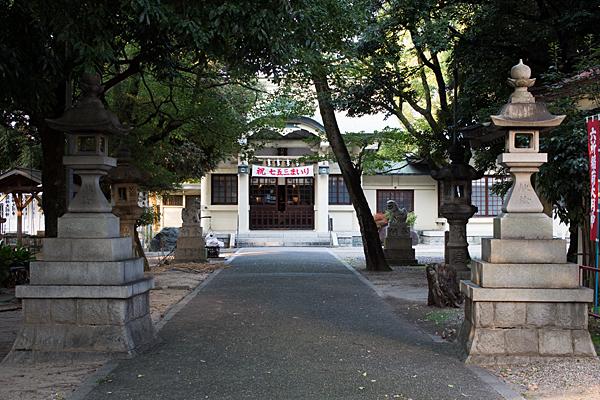 矢田六所神社拝殿前