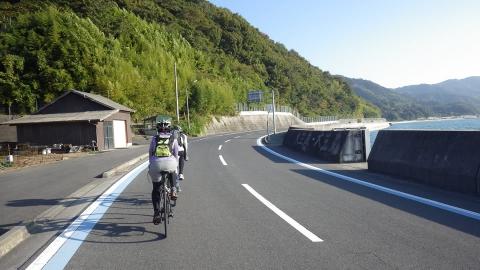 つかの間の平坦。自転車も車も全然走ってないし、路面は綺麗で走りやすい!