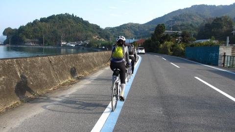 大三島の海沿いを走ります。