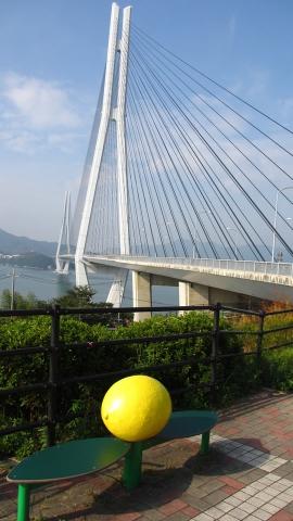 国産レモン発祥の地、生口島、多々羅大橋とレモンのオブジェ