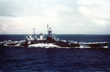 USS_North_Carolina_(BB-55)_underway_in_the_Gilbert_islands,_November_1943