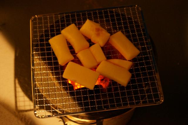 炭で餅を焼く