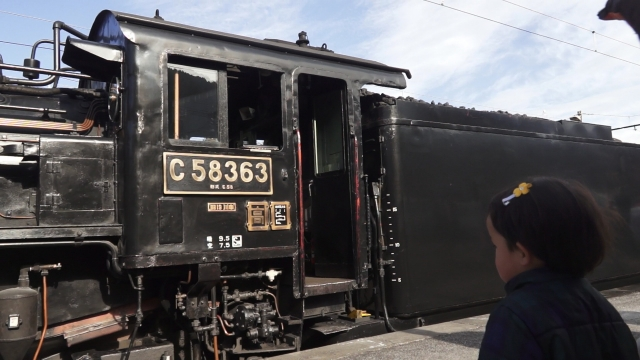 汽車を見つめる子供