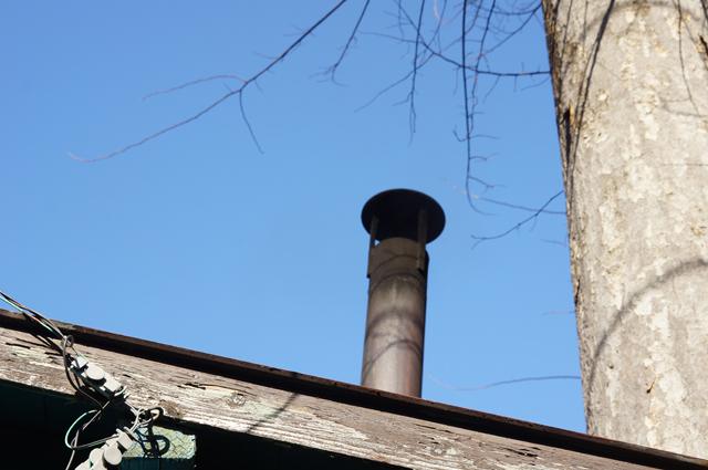 煙突から登る薄い煙