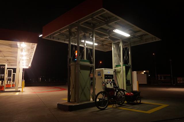 早朝、灯油の買い出しに行くフキプランニングFK310 LAⅢ とリアカー