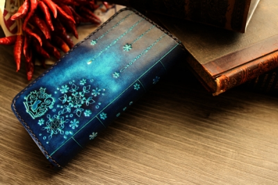 青い雪の結晶と猫の洋古書風全機種対応スマホケースM