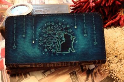青い雪の結晶の洋古書風長財布