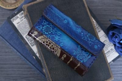 青い雪の結晶と猫の洋古書風キーケース