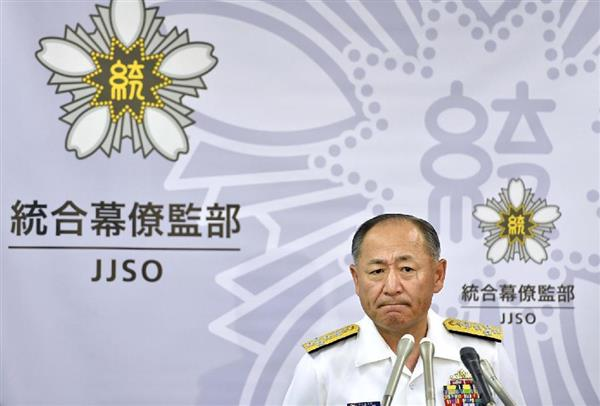 中国海軍艦が尖閣諸島周辺の接続水域に侵入した問題で記者会見する河野克俊統合幕僚長=9日午後、防衛省_plt1606090025-p1