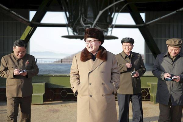 wor1701190023-p2_東倉里宇宙センターを視察し、笑みを浮かべる金正恩朝鮮労働党委員長=2016年4月(ロイター)