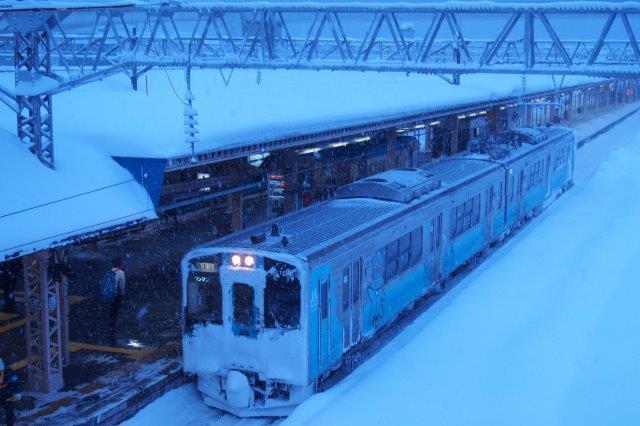 青森駅 始発電車 雪景色