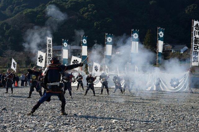 岩国藩鉄砲隊初放し 元旦に錦帯橋下河原にて初撃ちを行います。