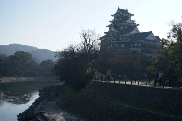 旭川沿いの岡山城を望む