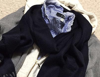紺色マフラーは同系色の色の上に重ねると合わせ易いです。