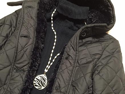 黒々としているのでコートの中は白アクセで