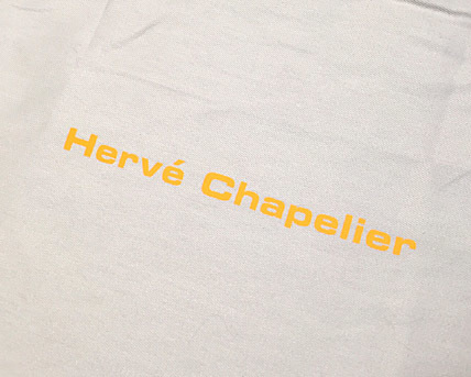 「Herve' Chapelier(エルベシャプリエ)」のロゴ入り埃除けカバーです。