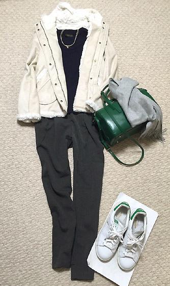 スニーカー&緑バッグでカジュアル度が増します。