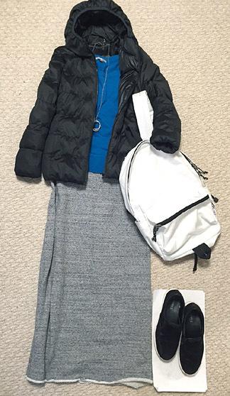 ショートダウン&ロングスカートの中はコバルトブルーのニットで。