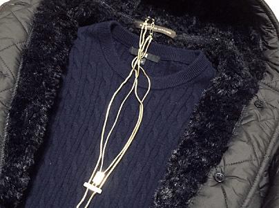 ラウンドネックの場合はY字型ネックレス