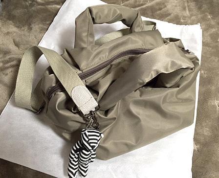 「HAYNI」のモコモコナイロントートバッグ。