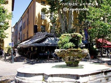 エクサンプロヴェンス街角の古い噴水downsize
