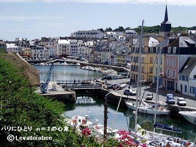 ルパレ港に続く深い入り江に寄り添うような街並みdownsize