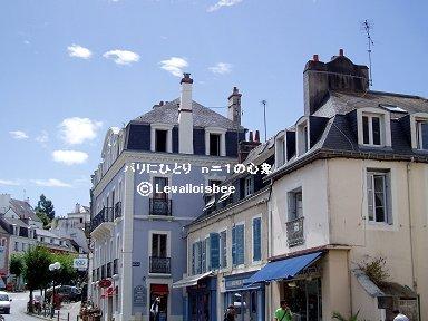 淡いブルーが空に映える瀟洒な建物downsize