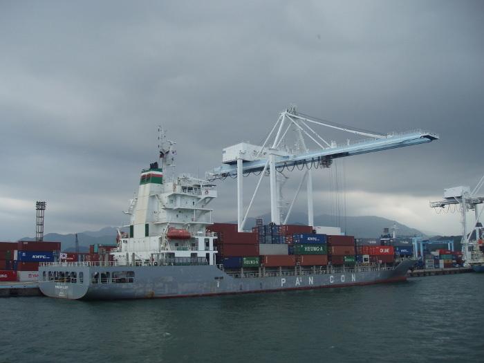 大量のコンテナーと船