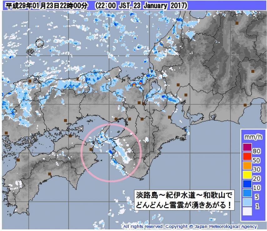 淡路島周辺で雪雲が湧き立っている